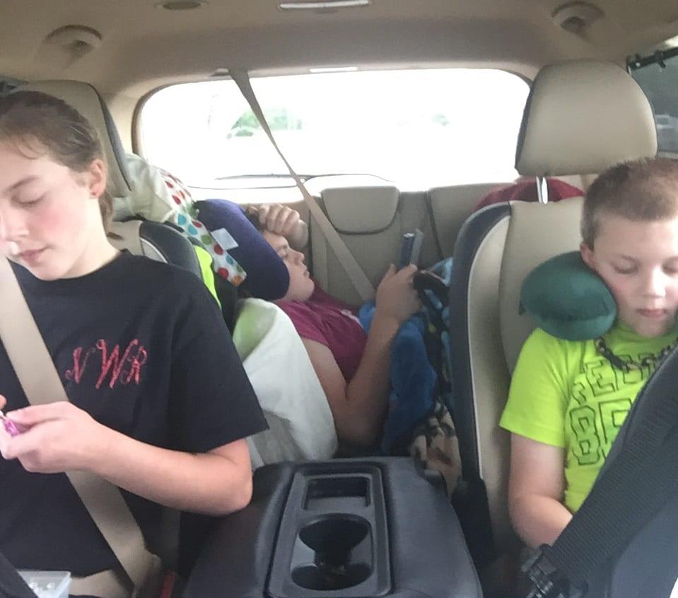 kindle-reader-kids-in-car