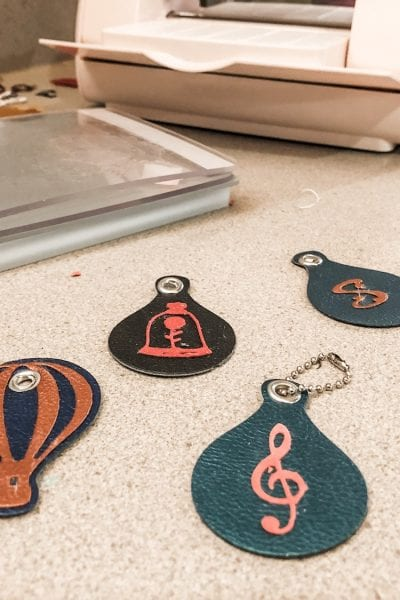 how to use the cricut cuttlebug to make faux feather keychains